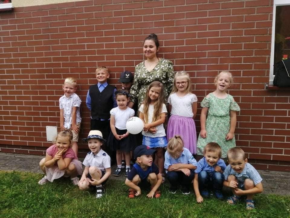 dzieci z oddziału przedszkolnego z wychowawczynią panią Karoliną Zielińską