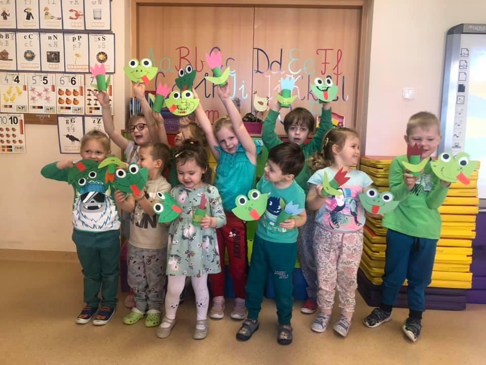 dzieci z op prezentują swoje prace