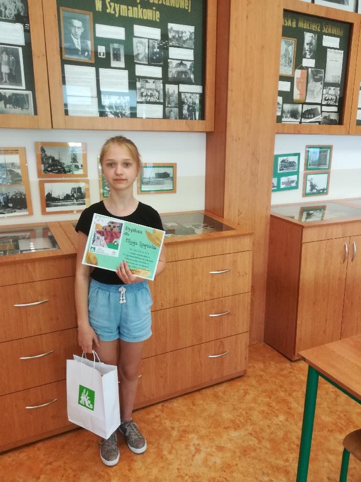 Maja Szymula z dyplomem i nagrodą