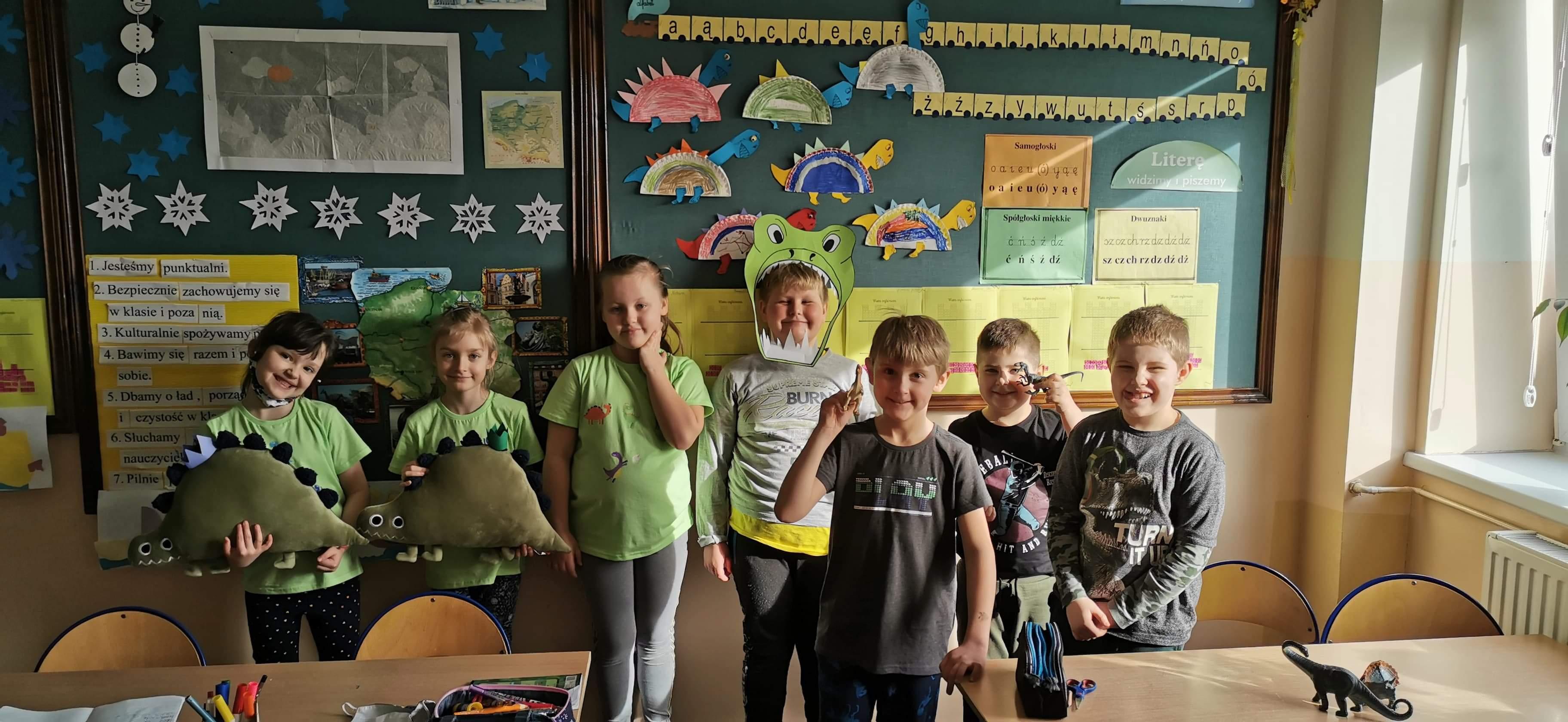 uczniowie klasy pierwszej z maskotkami
